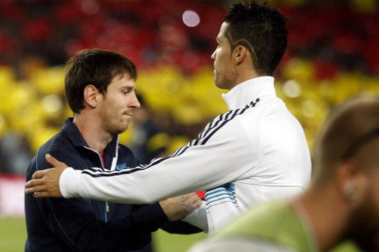 梅西和C罗在西班牙超级杯中握手(资料图)