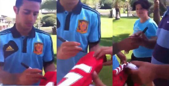 蒂亚戈给球迷在曼联球衣上签名
