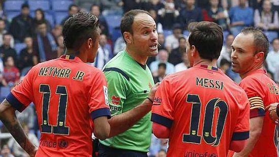拉霍兹在比赛中警告梅西