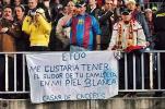 图文-[西甲]巴塞罗那vs皇马巴萨球迷旗帜支持埃托奥