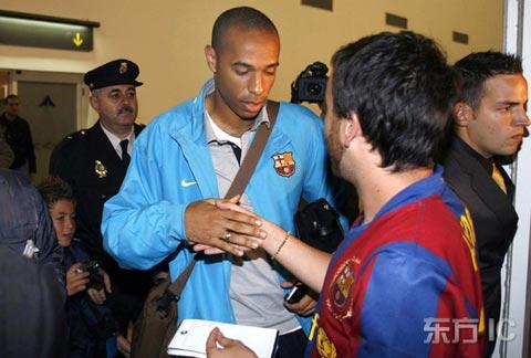 图文-巴塞罗那抵达阿里坎特亨利耐心为球迷签名