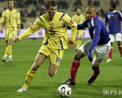 图文-[欧预赛]乌克兰2-2法国亨利前场积极拼抢