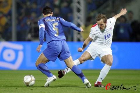 图文-[欧预赛]意大利vs法罗群岛卡纳瓦罗成功拦截
