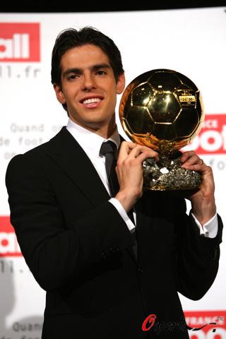 卡卡荣膺2007年也是历史上第52座金球奖。
