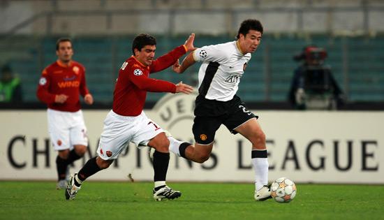图文-[冠军杯]罗马1-1曼联董方卓摆脱皮萨罗拦截