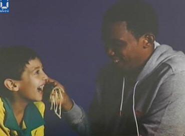 图文-巴萨为联合国儿童基金会拍照埃托奥的真性情