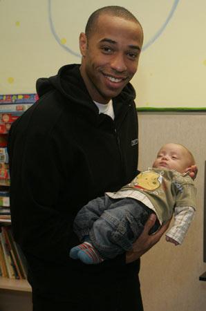 图文-亨利等巴萨球员献爱心亨利看来是个好爸爸