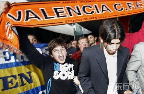 图文-瓦伦西亚新人抵达西班牙热情球迷夹道欢迎