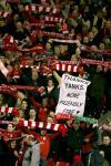图文-[足总杯]利物浦vs卢顿球迷嘲讽俱乐部老板