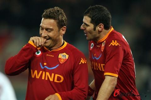 图文-[意大利杯]罗马4-0都灵佩罗塔向托蒂讨教