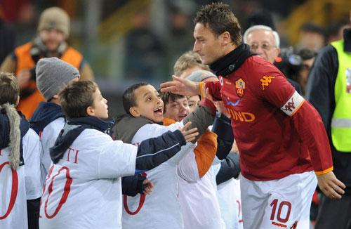"""图文-[意甲]罗马1-0巴勒莫无数个""""托蒂""""凝聚力量"""