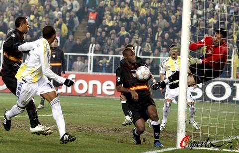 图文-[冠军杯]费内巴切3-2塞维利亚门将飞身救险