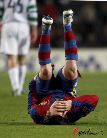 图文-[冠军杯]巴萨1-0凯尔特人梅西受伤疼翻在地
