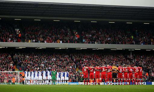 图文-[英超]利物浦vs布莱克本双方球员默哀3分钟
