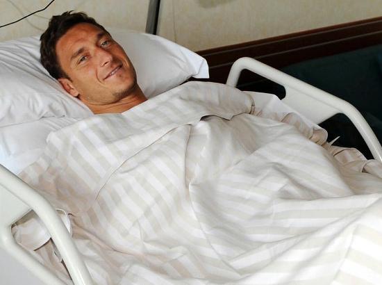 图文-托蒂右膝受伤错过本赛季赛事无奈住院接受治疗