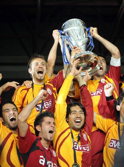 图文-土耳其足球超级联赛落幕加拉塔萨雷队捧杯