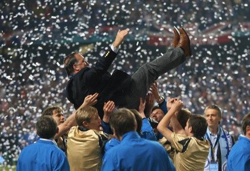 图文-泽尼特问鼎欧洲联盟杯冠军老帅被幸福的抛起