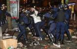 图文-联盟杯决赛引发球迷骚乱防爆警察集体堵截