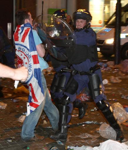 图文-联盟杯决赛引发球迷骚乱双方发生严重冲突