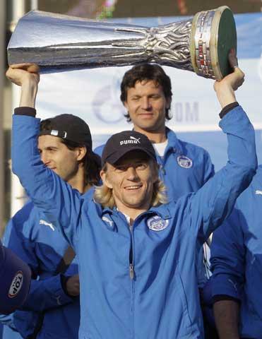 图文-泽尼特携联盟杯冠军奖杯回国队长高举冠军奖杯