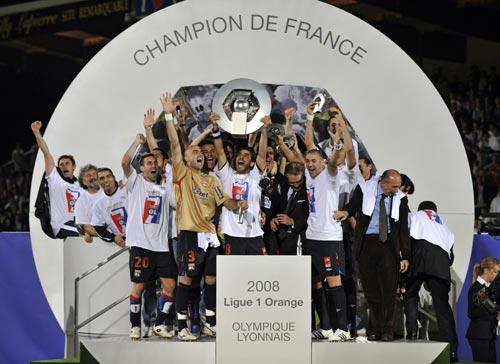 图文-里昂7连冠创5大联赛新纪录里昂队员激情勃发