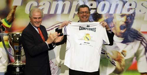 图文-皇家马德里庆祝夺冠活动马德里市长接受球衣