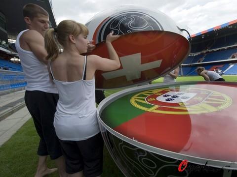 图文-瑞士积极准备欧锦赛开幕式国旗融入足球