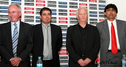 图文-墨西哥主帅埃里克森出席新闻发布会 团队合作