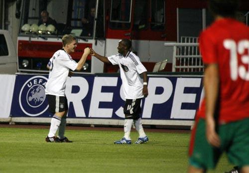 图文-欧洲U19足球锦标赛赛况德国哥俩携手把球进