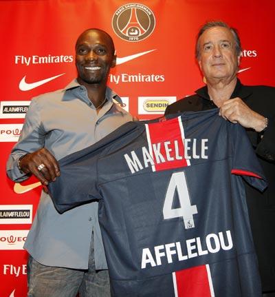 图文-马克莱莱正式加盟巴黎圣日尔曼展示新球衣