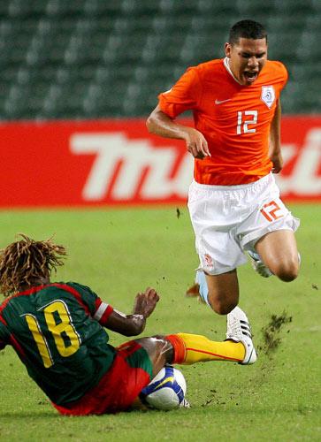 图文-[热身赛]喀麦隆0-2荷兰 这次犯规有些恶劣