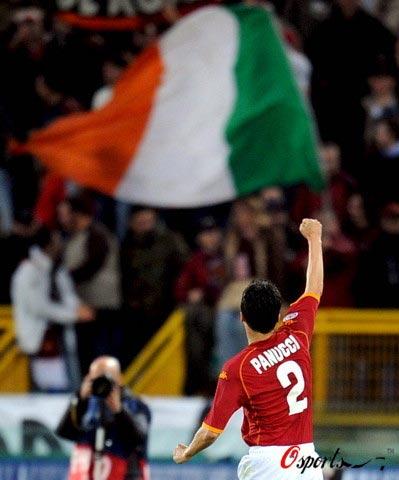图文-[欧冠]罗马3-1切尔西向国旗挥手致意