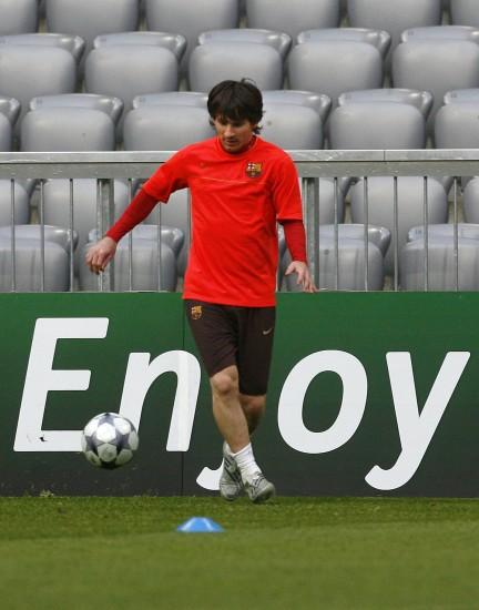 图文-巴塞罗那备战欧冠八强客场战梅西红衣亮眼