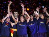 图文-巴塞罗那回国庆祝球队夺冠英雄们向观众示意