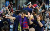 图文-巴萨捧杯回国举行游街狂欢帅气博扬脸庞稚嫩