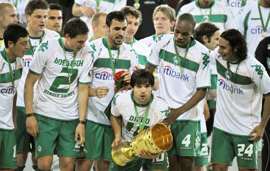 图文-[德国杯]不来梅胜勒沃库森夺冠迭戈怀抱奖杯