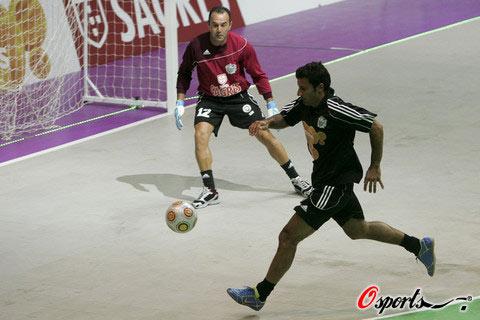 图文-菲戈举行室内足球全明星赛 菲戈球感依旧