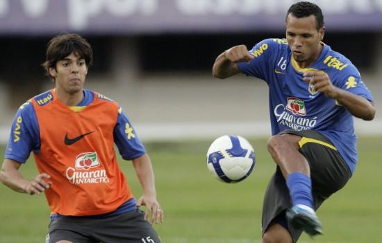 图文-巴西男足训练备战世预赛卡卡和法比亚诺