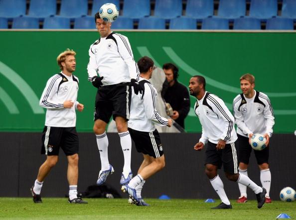 图文-德国队训练备战世预赛看谁的头球最厉害