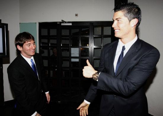 图文-2009世界足球先生颁奖典礼C罗向梅西竖起大拇指