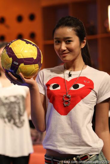 图文-黄加李泡世界杯拍摄花絮足球宝贝赵卓娜