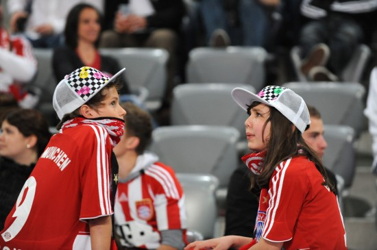 图文-09/10赛季欧冠颁奖仪式焦急守候的小球迷