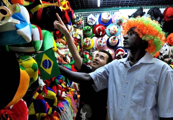 圖文-世界杯帶動義烏球迷用品旺銷自己戴上試試