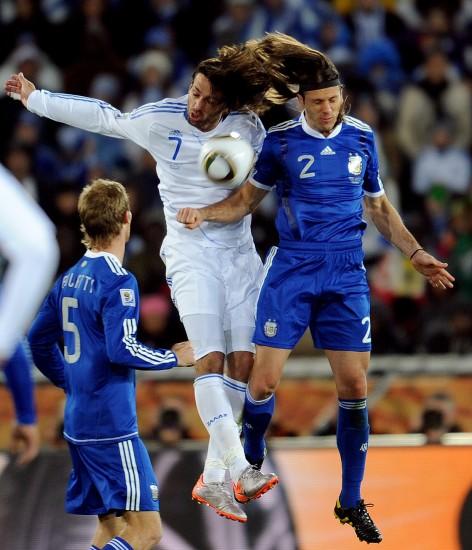 图文-[小组赛]希腊0-2阿根廷拼抢中的连体人儿