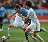 夹击乌拉圭队球员进攻