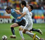 夹击乌拉圭队球员