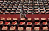 一名嘉宾走入贵宾席座位