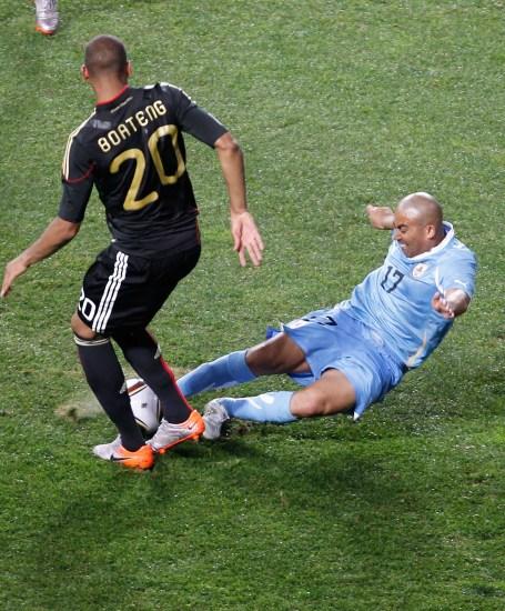 图文-[季军战]乌拉圭VS德国里奥斯倒地抢球