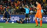 西班牙一名球员倒地
