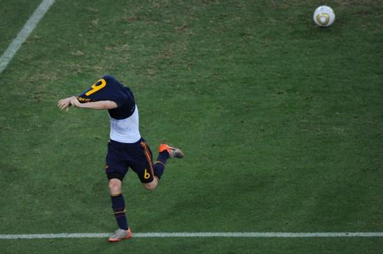 图文-[决赛]荷兰0-1西班牙伊涅斯塔脱衣庆祝